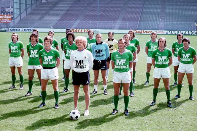 L'entraîneur de l'équipe de football de Saint-Etienne, Robert Herbin (au centre), le 1er août 1976.