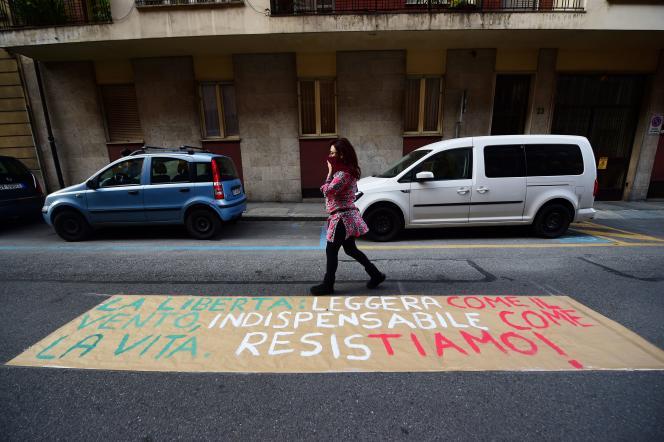 A Turin (Italie), une banderole a été posée sur une routesur laquelle on peut lire «Liberté, légère comme le vent, indispensable comme la vie, résistons !», le 25 avril, jour anniversaire de la Libération de l'Italie.
