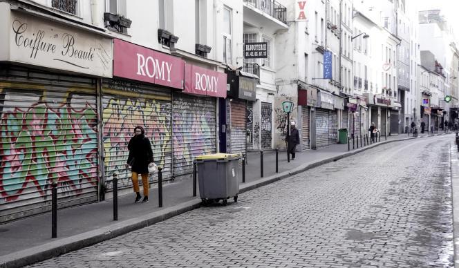 Dans une rue de Paris, le 15 mars, au lendemain de la décision du gouvernement de fermer les commerces non essentiels.