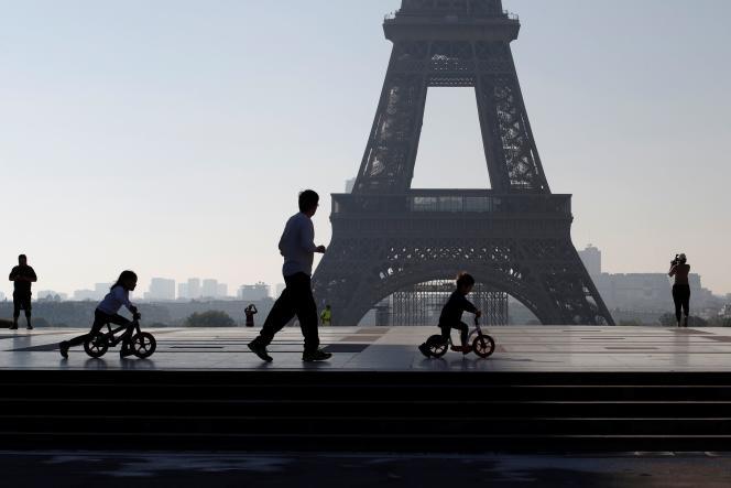 Sur l'esplanade du Trocadéro, à Paris, le 26 avril.