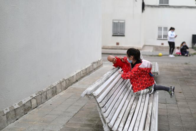 Kristen, 5 ans, joue dans les rues d'Igualada, en Espagne, le 26 avril.