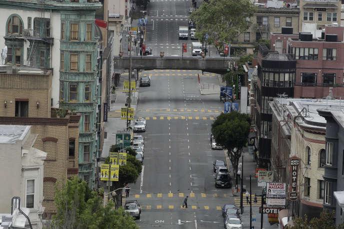 Un piéton dans la rue désertée de Kearny Street à San Francisco (Californie), le 16 avril.