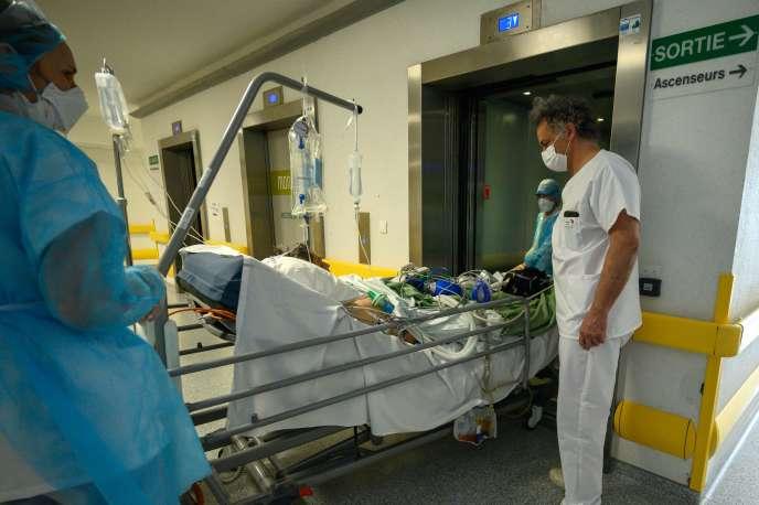Un patient atteint par le Covid-19 est transféré à l'unité post-réanimation respiratoire de l'hôpitalEmile-Muller, à Mulhouse, le 17 avril.