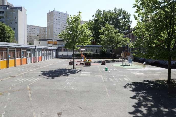 La cour d'une école primaire, à Clichy-sous-Bois (Seine-Saint-Denis), le 22 avril.