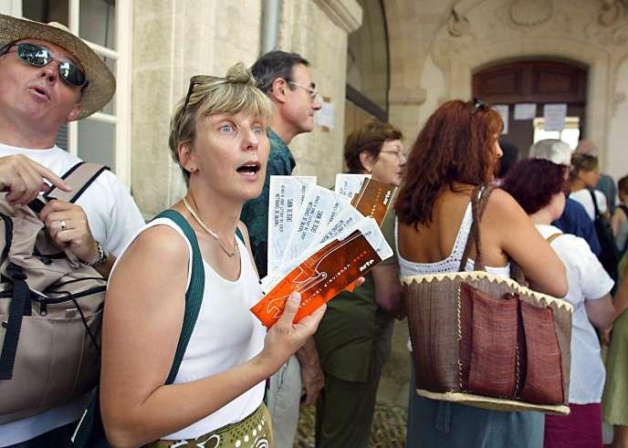 En juillet 2003, après l'annonce de l'annulation du Festival « in» d'Avignon, des spectateurs viennent se faire rembourser leurs places.