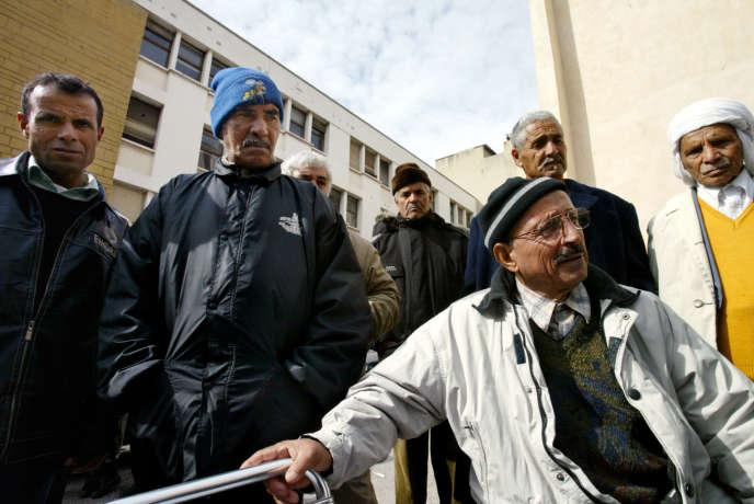 Des chibanis, travailleurs du Maghreb venus en France durant les «trente glorieuses» aujourd'hui retraités, à Marseille, en mars 2006.