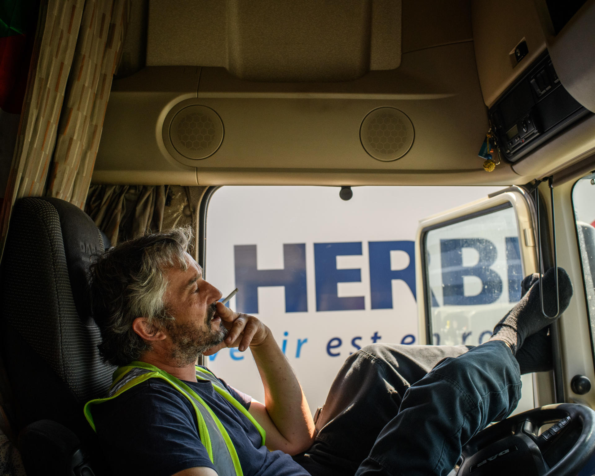 Le 22 avril, Pierre Audet, chauffeur routier, attend sur le parking de la société FM de plate-forme logistique alimentaire, à Fontenay-Trésigny (Seine-et-Marne), de livrer 25tonnes d'huiles.