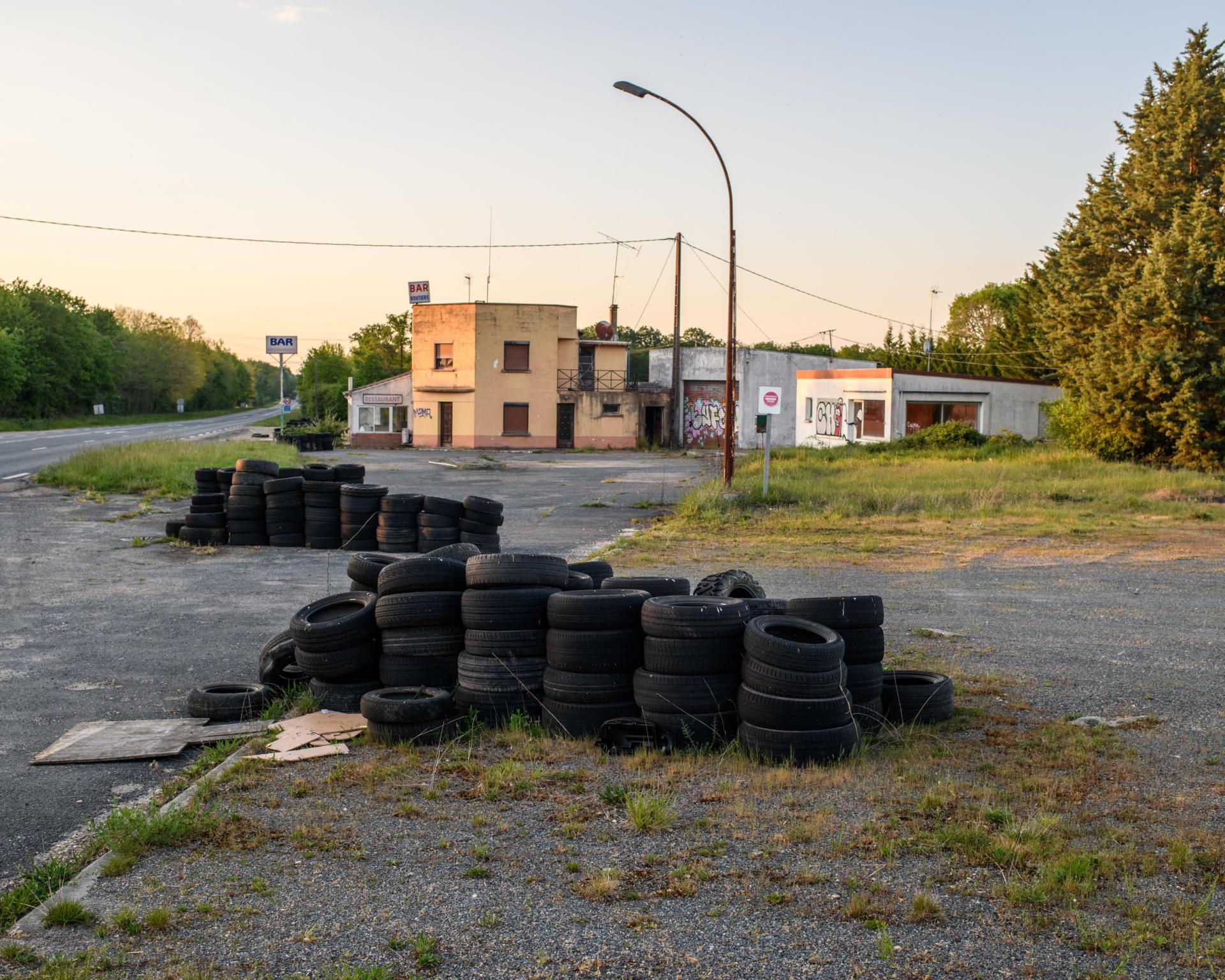 Restaurant routier abandonné, le long de la départementale D2007, dans le Loiret, le 23 avril.