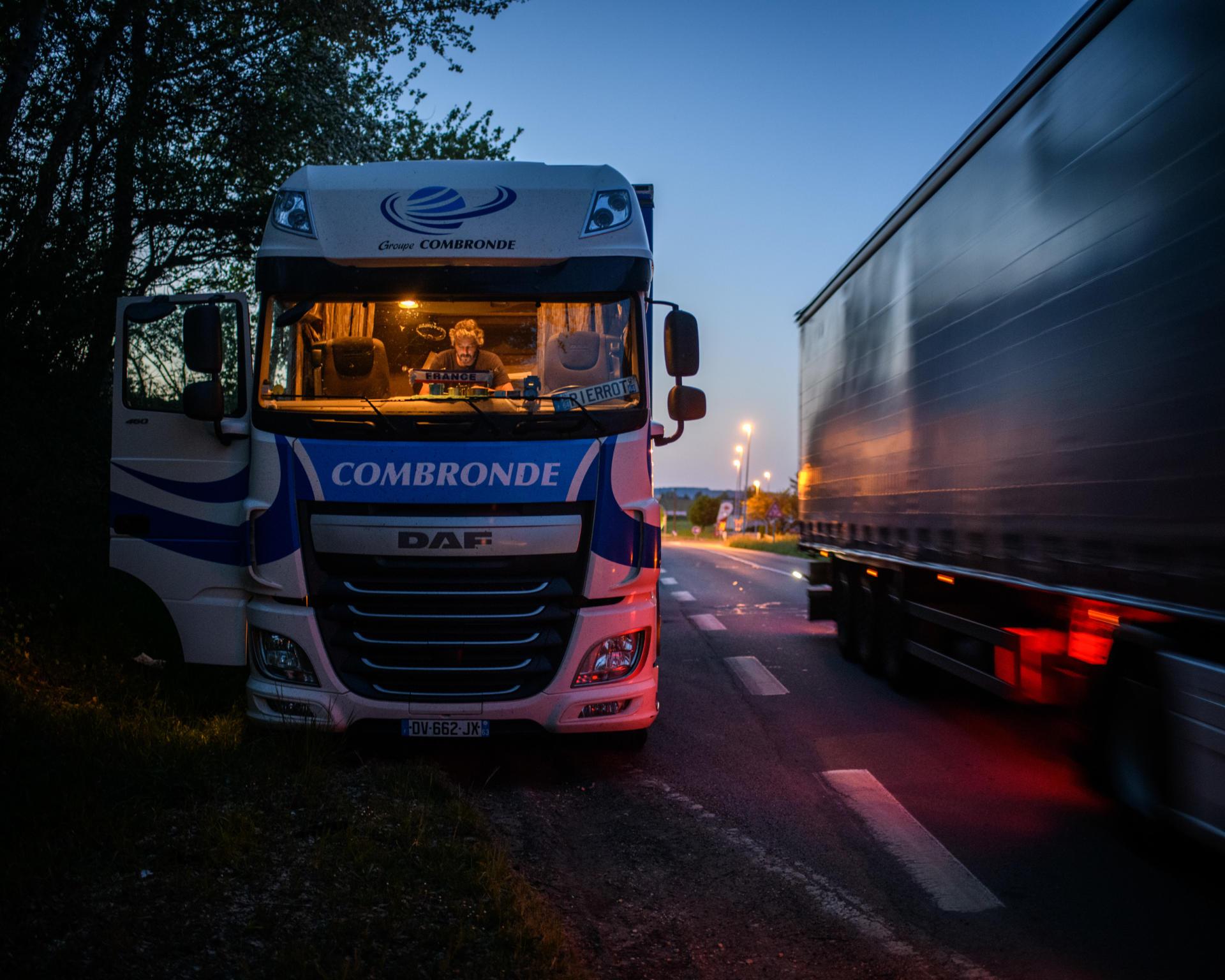 Après sa journée de travail, Pierre Audet s'arrête le long d'une route départementale allant de Gien à Bourges, pour passer la nuit.