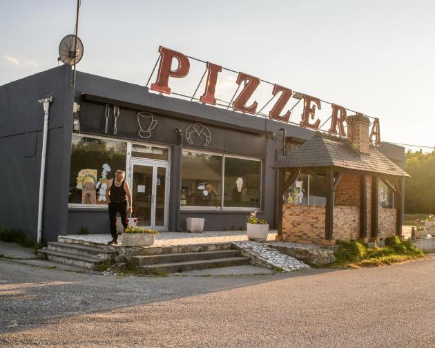 Un restaurant routier le long de la départementale D2007, dans le Loiret, fermé depuis les mesures de confinement. Avant la crise, il faisait 150couverts par jours et pouvait accueillir 80camions sur son parking.