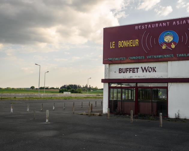 Le restaurant asiatique «Le Bonheur», fermé, le long de la route départementale 940 à l'entrée de la ville de Gien (Loiret), le 23 avril.