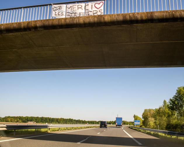 Banderole de soutien aux chauffeurs routiers sur l'autoroute 77.
