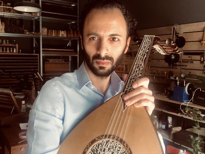 L'oudiste et luthier Wissam Joubran, dans son atelier, à Paris.