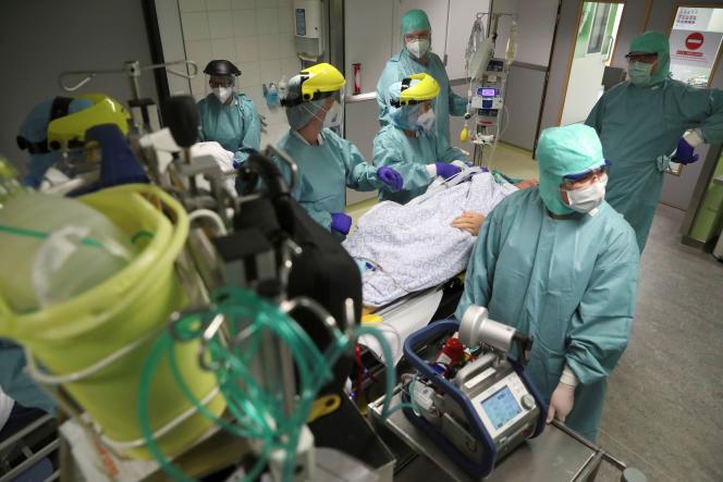 Préparation d'un scanner sur un patient souffrant du Covid-19, à l'hôpital de la Citadelle, à Liège (Belgique), le 22 avril.