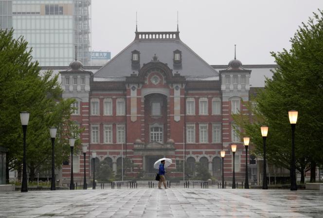 Davant la gare de Tokyo vide, le 27 avril.