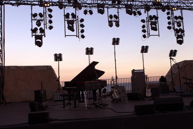 De nombreux festivals d'été ont été annulés à cause de la crise sanitaire due au Covid-19 (ici, la scène du Théâtre de la mer dans le cadre du festival Jazz à Sète, en juillet 2018).