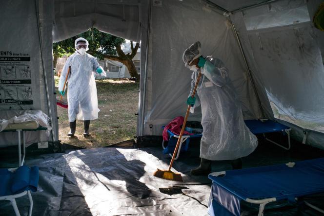 Désinfection de tentes dans un centre de tri et de traitement de personnes atteintes de la peste géré par Médecins sans frontières, àToamasina (Madagascar), le 20 octobre 2017.