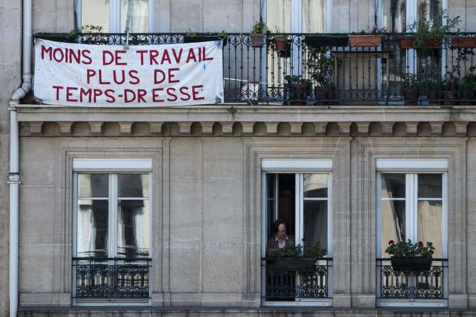Une banderole accrochée à un balcon parisien, le 20 avril.