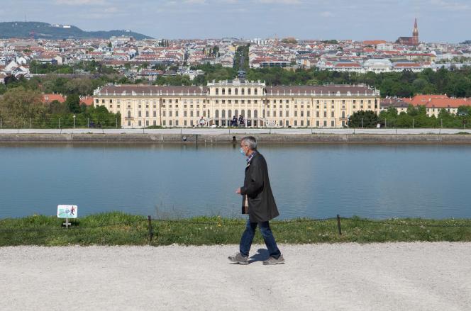 Devant le château de Schönbrunn, à Vienne (Autriche), le 26 avril.