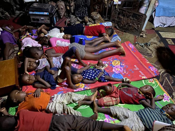 Des enfants déplacés anglophones hébergés dans le quartier de Mekepe, à à Douala le 20 avril 2020.