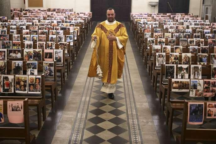 Le père Georges Nicoli celèbre la messe du jeudi saint en direct sur Facebook dans l'église vide de Notre-Dame-de-Lourdes à Bastia, le 9avril.