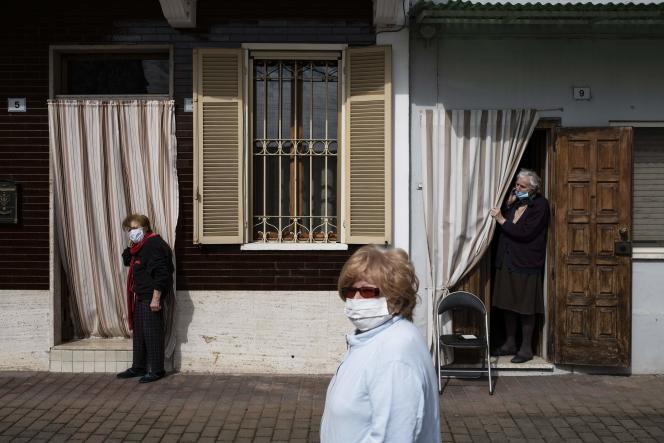 Des femmes attendent la distribution de pain, à Caresana (Piémont) le 26 avril.