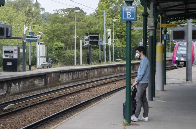 A la gare de Louveciennes, dans les Yvelines, le 25 avril.