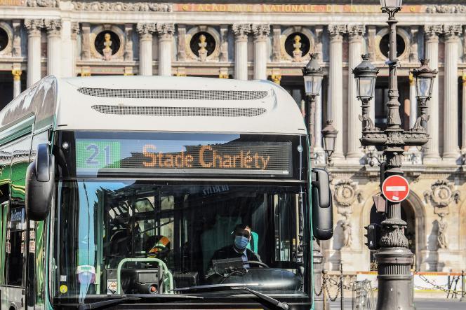 Un bus de la RATP, à Paris, le 9 avril.