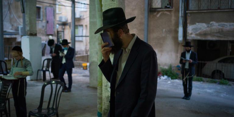 Bnei Brak, Israele, 23/24 Avril 2020. Praying under the buildings in parking lots .