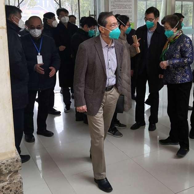 Zhong Nanshan, expert mondialement reconnu des maladies respiratoires, en visite dans un hôpital de Wuhan, le 19 janvier.