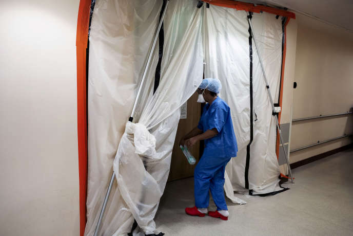 Une entrée provisoire a été aménagée en urgence pour isoler l'unité de réanimation Covid-19 des autres services de l'hôpital Beaujon, à Clichy.