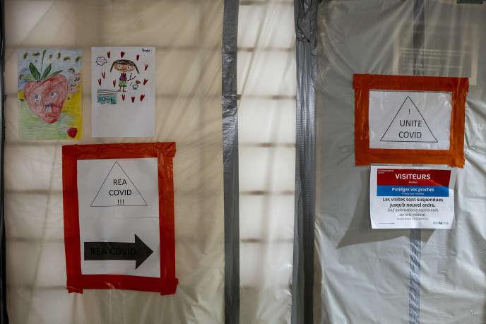 Des cloisons provisoires ont été aménagées pour éviter les contaminations entre services, à l'hôpital Beaujon, à Clichy.