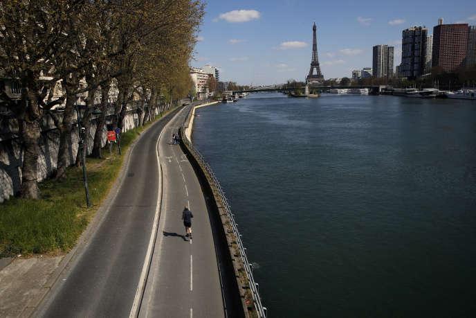 Un Parisien fait son jogging sur les pistes cyclables qui longent la Seine, à Paris, le 4 avril.