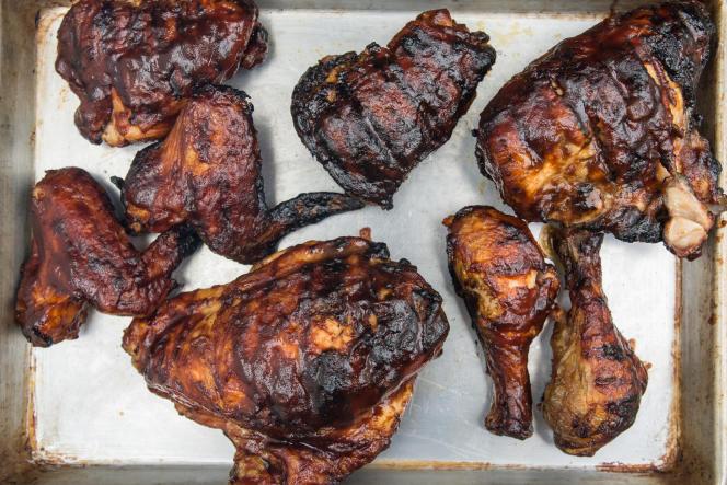 Le barbecue Broil King a produit une chaleur trop forte, même réglé sur feu doux, avec pour résultat un poulet carbonisé et sa sauce brulée.