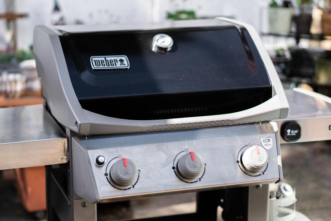 Le barbecue à gaz Spirit II E-310 est également disponible en blanc, rouge et bleu.