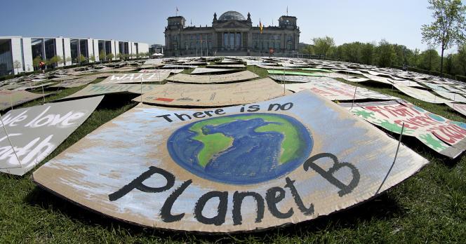 Panneaux mis en place par des militants du mouvementFridays for future devant l'immeuble du Reishtag, à Berlin, le 24 avril.
