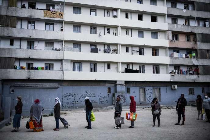 Distribution alimentaire dans un quartier populaire à Marseille, le 31 mars.