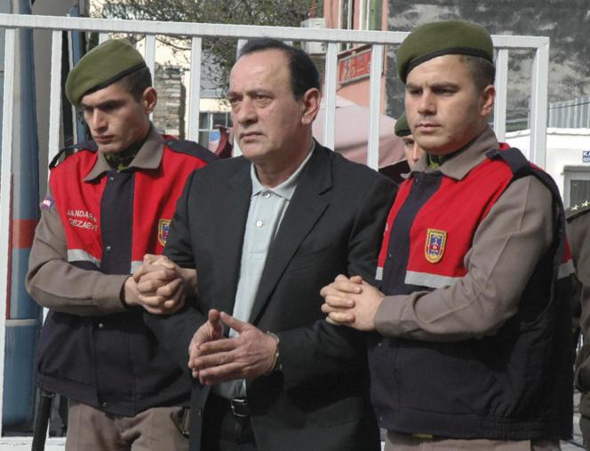 Photo d'archives montrant le chef de la mafia Alaattin Cakici, escorté par la police avant son procès, à Istanbul, le11 avril 2008.