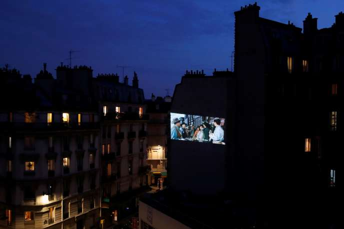 «L'homme qui n'a pas d'étoile» (1955), de King Vidor, est projeté sur une façade du quartier Latin, à Paris, le 24 avril, à l'initiativedu collectif Home Cinema en soutien au cinéma associatifLa Clef Revival.