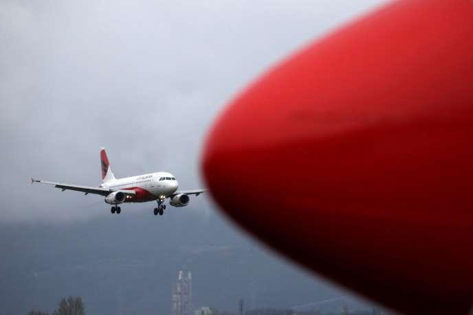 Un Airbus A319-100 d'Air Albania arrive à l'aéroport de Tirana, le 1er avril.