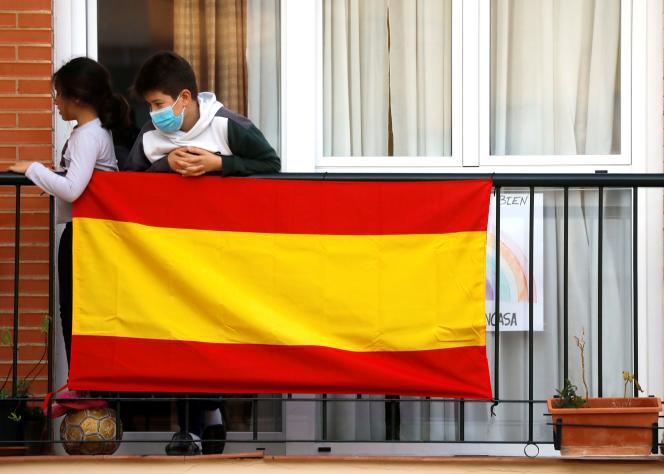 Des enfants jouent sur le balcon de leur maison pendant la période de confinement, à Ronda, au sud de l'Espagne, le 20 avril.