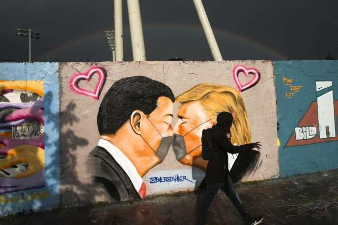 A Berlin, le 29 avril, une fresque parodie la scène du «baiser» sur les vestiges du Mur :Donald Trump et Xi Jinping s'embrassant, les deux portant des masques.