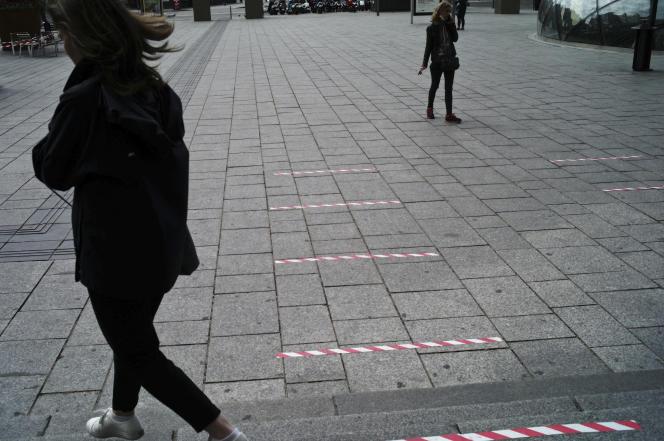 Devant la gare Saint-Lazare, à Paris, des bandes sont collées au sol pour délimiter les écarts de distanciation physique requis par les autorités sanitaires. Le 29avril.