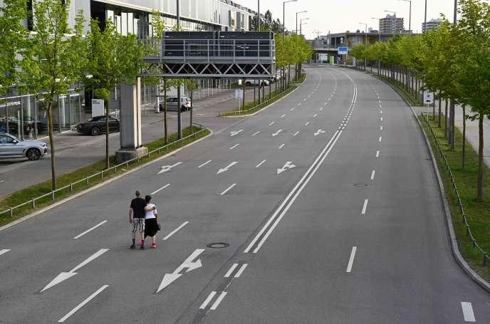Des piétons traversent une rue vide à Munich, dans le sud de l'Allemagne, le 17 avril.