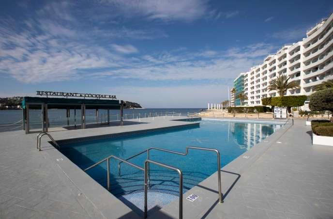 Une piscine fermée sur la plage Santa Ponca, à Calvia, sur l'île de Majorque, le 12 avril.