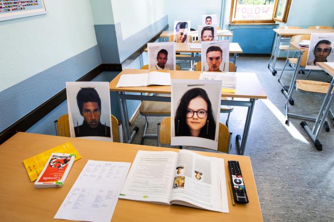 Des photos d'élèves dans une classe de l'école privée Ardevaz, à Sion, en Suisse, le 29avril.