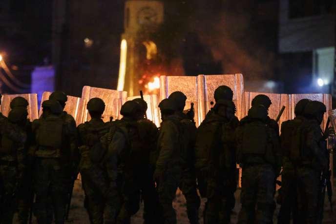 Des soldats libanais lors de confrontations avec des manifestants, à Tripoli, le 28 avril.
