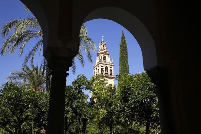 Vue du minaret de la mosquée-cathédrale de Cordoue, depuis le jardin d'orangers.