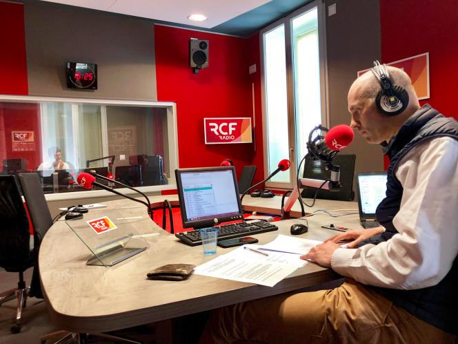 Le jeudi 23 avril, RCF Anjou a reçu 51 appels en une heure d'émission consacrée aux résidents de l'Ehpad de Beaupréau-en-Mauges (ici, Raphaël de la Croix, directeur de la station, ce même jour).