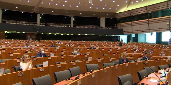 Les débats et les votes du Parlement européen ont lieu en grande partie à distance. Peu d'eurodéputés sont présents dans l'hémicycle, comme ici le 16 avril pour le débat sur la relance post-coronavirus.